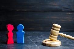 les chiffres en bois d'un homme et d'une femme se tiennent près du marteau du ` s de juge concept d'inégalité : espace de salaire images stock