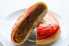 Les Chinois durcissent, pâtisserie chinoise avec des fèves de mung sur le fond blanc images stock
