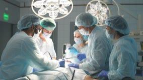 Les chirurgiens effectuent une opération complexe pour sauver une vie humaine à l'hôpital banque de vidéos