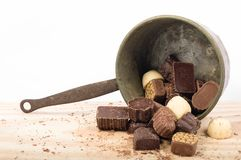 Les chocolats belges les chocolats ont assorti, blancs, bruns et foncés photos stock