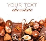 Les chocolats encadrent d'isolement sur le blanc Photographie stock