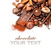 Les chocolats encadrent d'isolement sur le blanc Image libre de droits