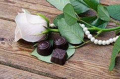 Les chocolats et se sont levés Image stock