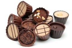 Les chocolats mélangés amassent sur le blanc Images stock