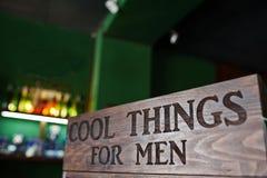 Les choses fraîches pour les hommes, se connectent le bois au raseur-coiffeur photos stock