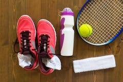 Les choses sont sur le plancher pour le tennis Image stock
