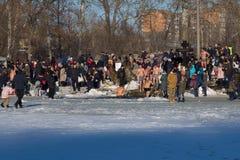 Les chrétiens orthodoxes plongent dans un trou en rivière congelée photos libres de droits