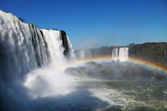 Les chutes d'Iguaçu et un arc-en-ciel photographie stock libre de droits