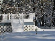 Les chutes de neige d'un hiver décore une maison et sa plate-forme avec une belle couche de neige et de glace photographie stock