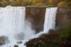 Les chutes du Niagara la nuit ont été illuminées par les lumières image stock