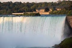 Les chutes du Niagara la nuit ont été illuminées par les lumières photos stock