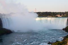 Les chutes du Niagara la nuit ont été illuminées par les lumières photographie stock libre de droits