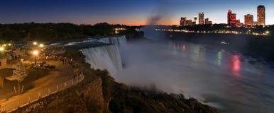Les chutes du Niagara se sont allumées à l'exposition de nuit par les lumières colorées Cascade à écriture ligne par ligne améric Image libre de droits