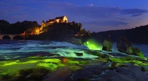 Les chutes du Rhin à l'heure bleue Image stock