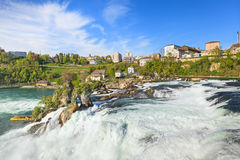 Les chutes du Rhin au printemps Image stock