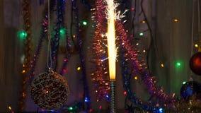 Les cierges magiques de fête de feux d'artifice années neuves de fond Mouvement de l'appareil-photo autour de l'objet banque de vidéos