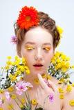 Les cils aiment des pétales des fleurs Belle jeune fille dans l'image de la flore, portrait en gros plan Photographie stock libre de droits