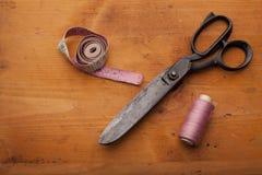 Les cisaillements de couturière ouvrent le concept avec la bobine et la bande de mesure Image stock