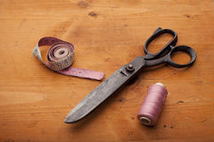 Les cisaillements de couturière ouvrent le concept avec la bobine et la bande de mesure dessus Image libre de droits