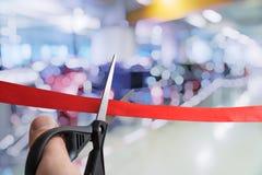 Les ciseaux coupent le ruban rouge Cérémonie ou événement d'ouverture images stock