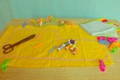 Les ciseaux et le kit de couture incluent des fils de différentes couleurs, Th Image stock
