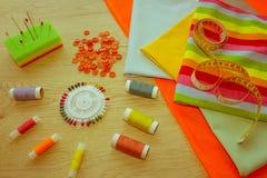 Les ciseaux et le kit de couture incluent des fils de différentes couleurs, Th Image libre de droits