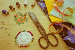 Les ciseaux et le kit de couture incluent des fils de différentes couleurs, Th Photographie stock