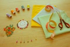 Les ciseaux et le kit de couture incluent des fils de différentes couleurs, Th Photo libre de droits