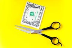 Les ciseaux ont cassé l'essai de couper le dollar photo libre de droits