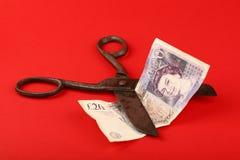 Les ciseaux ont coupé livre britannique au-dessus de fond rouge Images libres de droits