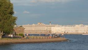 Les citoyens et les touristes marchent sur un remblai de la rivière de Neva Photo libre de droits
