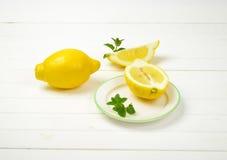 les citrons ont découpé entier en tranches Image libre de droits