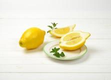 les citrons ont découpé entier en tranches Photo stock
