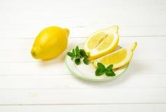 les citrons ont découpé entier en tranches Images libres de droits