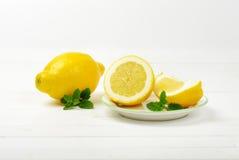 les citrons ont découpé entier en tranches Images stock