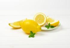 les citrons ont découpé entier en tranches Photographie stock