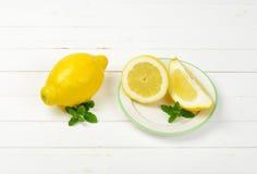 les citrons ont découpé entier en tranches Photographie stock libre de droits