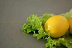 Les citrons un fond gris Photo stock