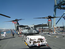 Les civils examinent un Osprey MV-22 Photographie stock