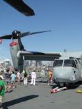 Les civils examinent un Osprey MV-22 Image libre de droits