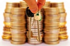 Les clés à l'appartement sur un fond d'argent images stock