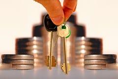 Les clés à l'appartement sur un fond d'argent photo stock