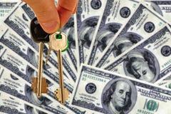 Les clés à l'appartement sur un fond d'argent image stock