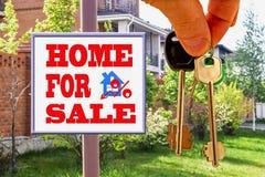 Les clés à la maison sur le panneau d'affichage de fond de la vente Photo libre de droits