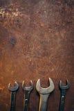 Les clés brillantes se trouvent sur un vieux fond rouillé en métal image libre de droits