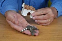 Les clés de la maison à disposition photos stock