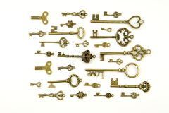 Les clés médiévales ornementales de vintage avec la pièce forgéee complexe, composée d'éléments de fleur de lis, les rouleaux de  Photo libre de droits