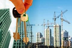 Les clés sur le fond de la construction de nouveaux bâtiments modernes Images stock