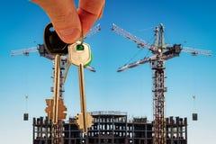 Les clés sur le fond de la construction de nouveaux bâtiments modernes Image libre de droits