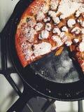 Les clafoutis de cerise ont complété avec du sucre glace dans la casserole de fonte Image stock